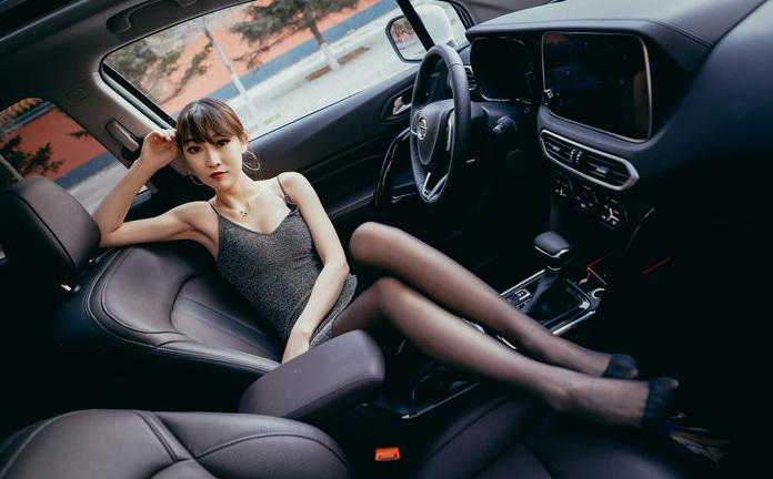黑丝美女与广汽传祺GS4大秀身姿!