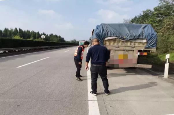 【危险】货车车轮螺母松动,路人喊话粗心司机